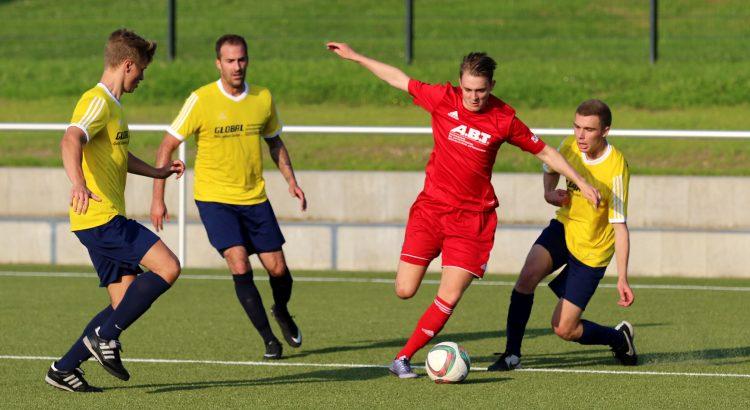 Lukas Reitz (2. von rechts) ließ nicht nur in dieser Situation die SG Kirberg/Ohren/Nauheim um Spielertrainer Dennis Leopold (2. von links) stehen.