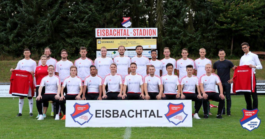 Die erste Mannschaft freut sich über die neue Mannschaftsausstattung, die von (hinten von rechts) Patrick Kolodziejczyk und Manuel Vollbrecht übergeben wurde.