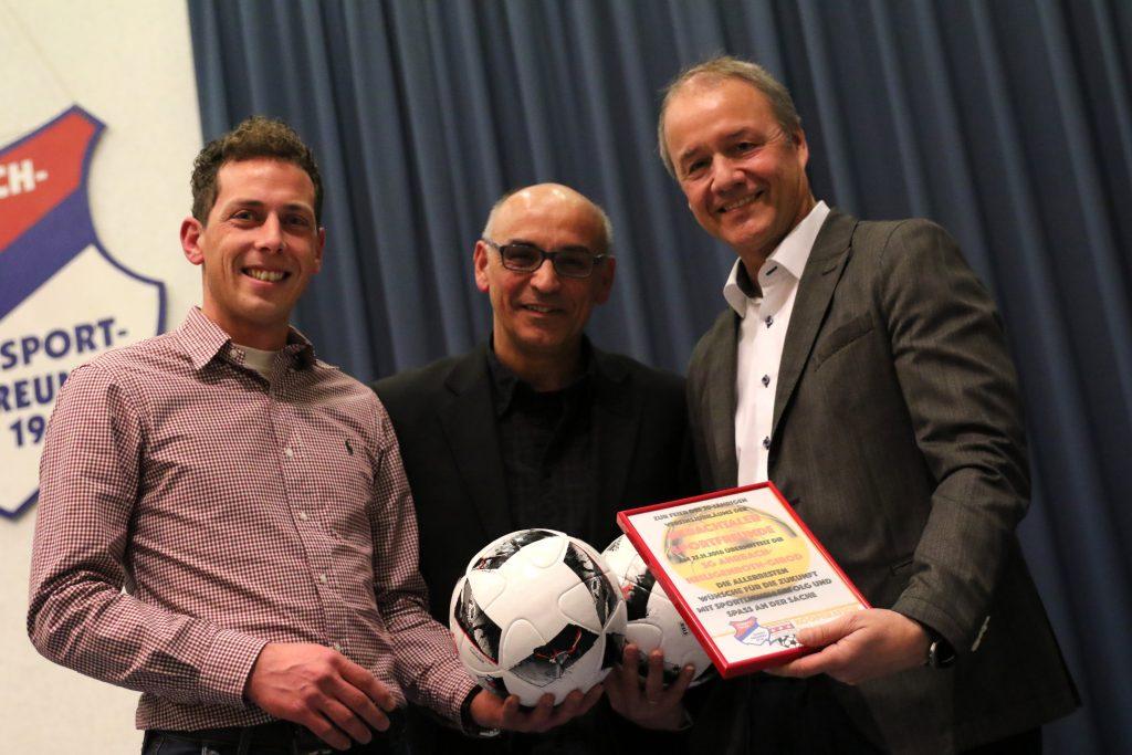Die Eisbachtaler um Roger Perne (rechts) erhielten reihenweise Glückwünsche zum 50. Jubiläum wie hier vom Kooperationspartner aus Ahrbach.