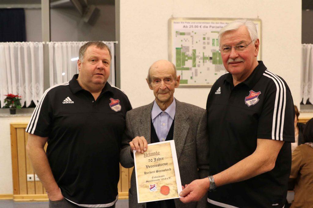 Für 70 Jahre Vereinstreue bei den Eisbachtaler Sportfreunden und dem TuS Nentershausen wurde Herbert Steinebach von Uwe Quirmbach (links) und Hans-Werner Reifenscheidt ausgezeichnet.